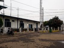 对位于万隆地区的普哇加达驻地的正门,和是家庭对一列老和未使用的火车 免版税库存图片