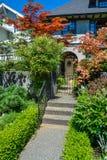 对住宅房子入口的具体路在环境美化的前院 免版税图库摄影
