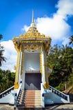 对佛教寺庙的金黄入口的台阶在一个小泰国村庄的 免版税图库摄影