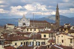 对佛罗伦萨, Ital三塔Croce大教堂和都市风景的看法  库存图片