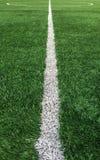 对作为模板使用的绿色足球场的中心的白色条纹线 图库摄影