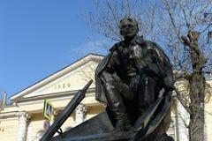 对作家米哈伊尔・亚历山大罗维奇・肖洛霍夫的纪念碑果戈理大道的在莫斯科 免版税库存照片