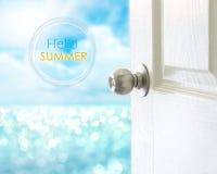 对你好夏天概念的海视图打开白色门 免版税库存照片