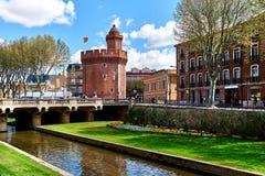 对佩皮尼昂运河和城堡的看法春天 免版税图库摄影