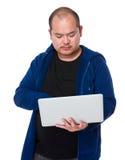 对便携式计算机的亚洲人用途 免版税库存照片
