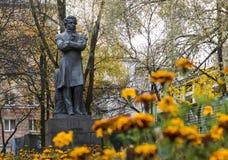 对俄国古典诗人亚历山大・谢尔盖耶维奇・普希金的老纪念碑 库存图片