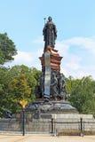 对俄国女皇凯瑟琳的纪念碑II在背景o 免版税库存照片