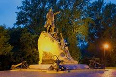 对俄国海军司令员和极性研究员的纪念碑-海军上将的S O 马卡罗夫在7月夜 Kronstadt 免版税库存图片