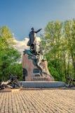 对俄语在Yakornaya ploschad船锚正方形的副海军上将斯捷潘・马卡罗夫的纪念碑在Kronstadt,俄罗斯 免版税库存照片