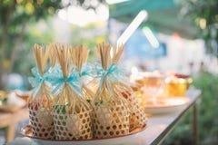 对修士的提议食物 新郎给施舍食物传统泰国婚礼的一个和尚 手一会儿投入了食物奉献物  库存照片