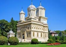 对修道院庭院公园和大教堂的白天视图backgrou的 库存照片