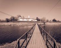 对修道院的桥梁 库存照片