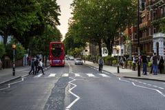 对修道院路,伦敦的行人交叉路 免版税库存照片