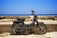 对倾斜的小型摩托车墙壁 免版税库存图片