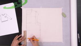 对做样式的设计师手的时间间隔在织品前面缝合时装 影视素材