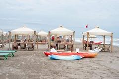 对停放的小船的白天视图在沙子 图库摄影