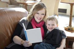 读对儿子的妈妈 免版税图库摄影