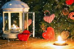 对光检查与雪覆盖物和心脏形状的黑暗 免版税库存图片