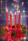 对光检查圣诞节红色花圈 库存照片