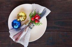 对光检查圣诞节装饰表包裹 圣诞晚餐板材,利器装饰了欢乐装饰 免版税库存照片