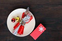对光检查圣诞节装饰表包裹 圣诞晚餐板材,利器装饰了欢乐装饰 库存照片