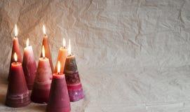 对光检查圣诞节 在被弄皱的纸背景的装饰 免版税库存图片