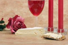 对光检查干酪薄脆饼干红色玫瑰酒红色 免版税库存图片