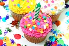 对光检查庆祝杯形蛋糕 免版税库存图片