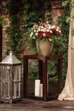 对光检查有红色和白花花束的灯  免版税库存图片