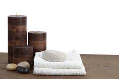 对光检查生活轻石温泉仍然向毛巾扔石头 免版税库存图片