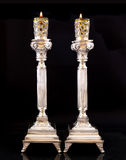 对光检查shabbat 有橄榄油的银色烛台 库存图片