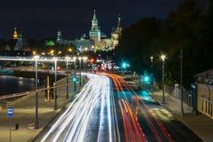 对克里姆林宫的街道在莫斯科在晚上弄脏了汽车光 免版税库存照片