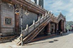 对八角型亭子的楼梯在Kek Lok Si寺庙的99英尺30米高古铜色观音工业区雕象在乔治市 免版税库存照片