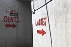 对公共厕所的标志 免版税库存照片