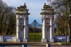 对公园的一个巴洛克式的门 免版税库存照片
