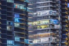 对公寓的看法在摩天大楼的门面晴朗的 免版税图库摄影