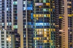 对公寓的看法在摩天大楼的门面晴朗的 库存照片