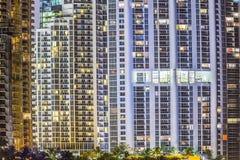 对公寓的看法在摩天大楼的门面晴朗的 库存图片