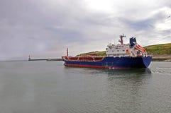 离去对公海的货物船 免版税库存照片