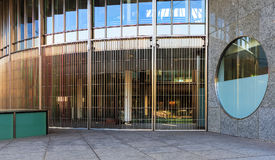 对六个瑞士人交换大厦的入口在苏黎世, Switzerla 免版税图库摄影