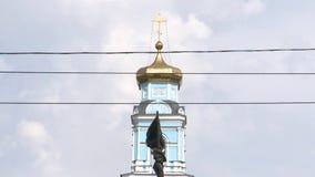 对共产主义过去的一座纪念碑以宗教礼物为背景 股票录像