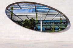 对内部庭院的卵形窗口Champalimaud基础的 免版税库存照片