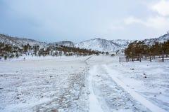 对冬天山的一条轨道 免版税库存照片