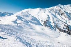 对冬天瑞士阿尔卑斯和滑雪吊车的美丽的景色 免版税库存图片