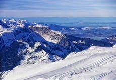 对冬季体育手段的直升机视图在瑞士阿尔卑斯 免版税库存图片