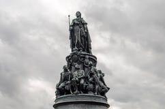 对凯瑟琳的纪念碑在反对灰色多云天空的彼得斯堡 免版税库存图片