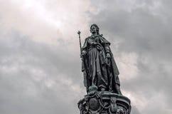 对凯瑟琳的纪念碑在反对灰色多云天空的彼得斯堡 免版税图库摄影