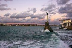 对凹下去的船的纪念碑在塞瓦斯托波尔 免版税库存照片