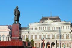 对列宁和城市城镇厅的纪念碑 喀山俄国 免版税库存图片