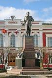 对列宁的纪念碑在大莫斯科(Bilshaya Moskowskaya)街道,弗拉基米尔,俄罗斯上的前银行大楼前面 库存照片